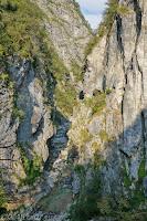 Schönes und schmales Valle del Mis. Tunneldurchbrüche in der Schlucht.
