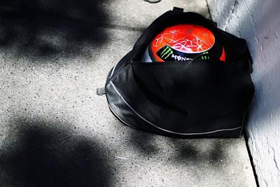 шлем Михаэля Шумахера в черной сумке на Гран-при Монако 2011