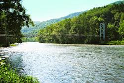Boč - most. Na nejníže položeném místě (méně než 300 m n.m.) na Karlovarsku opouštíte Karlovarský kraj a vplouváte do kraje Ústeckého. Kousek za mostem menší práh.