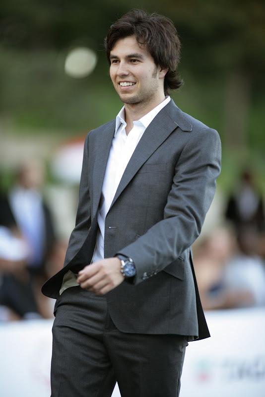 Серхио Перес в костюме на Amber Fashion Show Гран-при Монако 2011