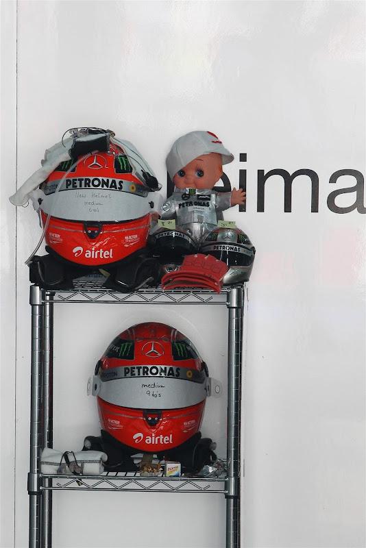 Михаэль Шумахер и кукла weapon на Гран-при Индии 2012