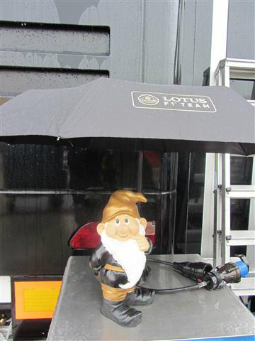 Гном Lotus под зонтиком на Гран-при Великобритании 2012