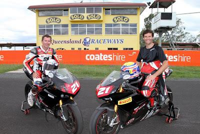 Трой Бэйлисс и Марк Уэббер на мотоциклах Ducati на Queensland Raceway 29 декабря 2011