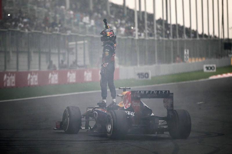 Себастьян Феттель на Red Bull приветствует болельщиков после финиша Гран-при Индии 2013
