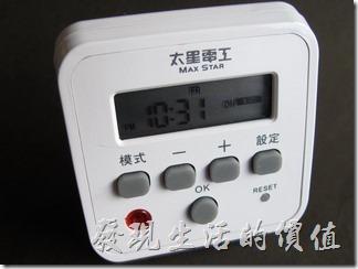 這款數位式定時器的體積算是非常輕巧,內附有電池,但是不能更換,建議經常插在插座上以避免電池沒電。大致的操作步驟附在定時器的背後,包裝內也附有完整的說明書,還可以上其網站查看操作步驟。