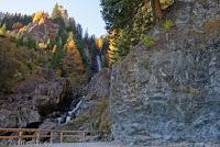 "Kurz hinter dem Kreuzbergpaß (Passo di Monte Croce di Comélico, 1636m). Der Wasserfall ""Cascada Pissandolo""."