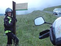 Oben auf dem Col de l'Arpettaz (1581 m) bei der Herberge. Die schmale Aufahrt auf der Süd-West-Rampe führt von Ugine hoch über 37 Kehren und 15 km. Auf der ebenso schmalen Nord-Ost-Rampe überwältigt der Ausblick auf den Mont Blanc. Wenns Wetter paßt... http://www.quaeldich.de/paesse/col-de-l-arpettaz/