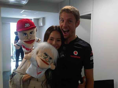 Джессика Мичибата и Дженсон Баттон с куклами Берни и Дженсона на Гран-при Японии 2011