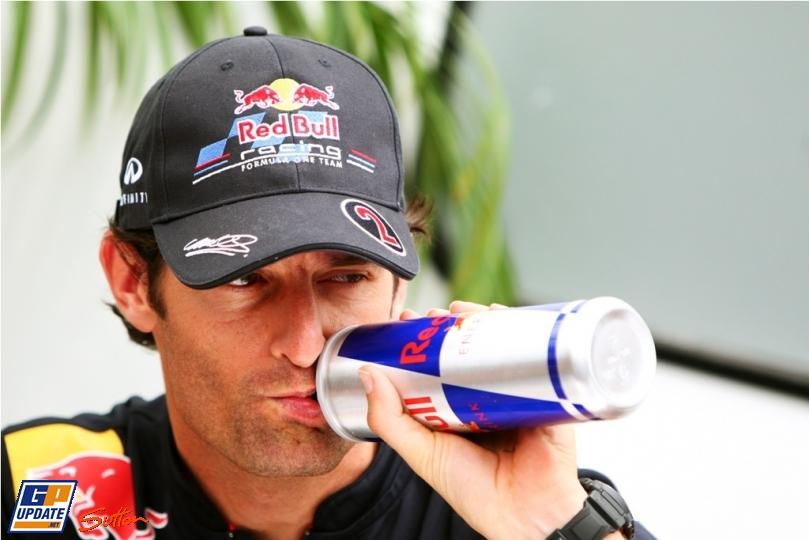 Марк Уэббер забавно пьет из бутылки на Гран-при Канады 2011