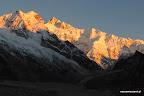 Szczyty Kanczendzongi oświetlone przez pierwsze promienie słoneczne...