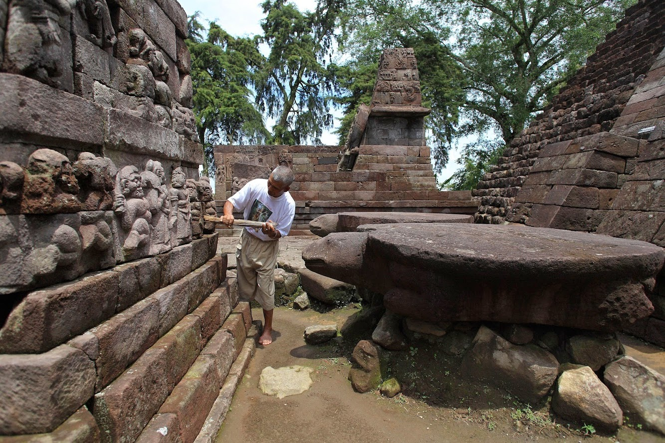 Java: Collapsing pyramid at the Hindu Temple of Sukuh in Java to be restored by 2016