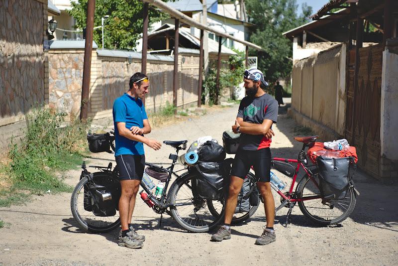 Petru si George la plecarea din Osh, cu inca 700 de kilometri pana la sfarsitul calatoriei.