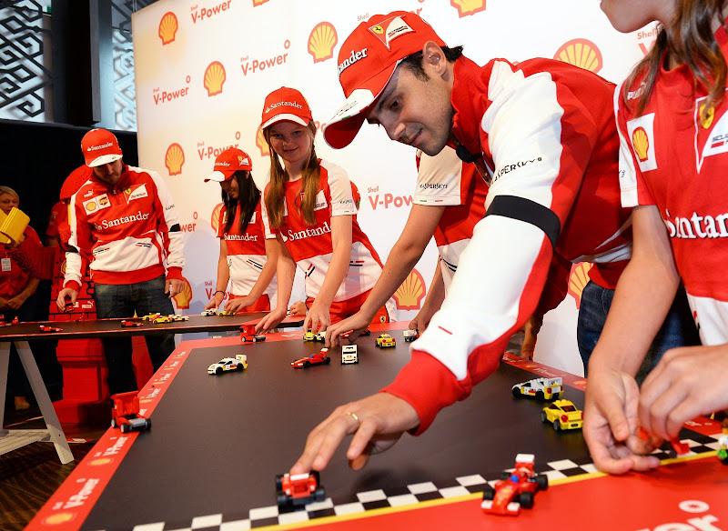 Фелипе Масса и Фернандо Алонсо с детьми играют в лего Ferrari перед Гран-при Австралии 2013