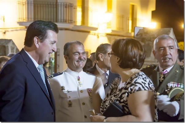 Nuestro Secretario General saludando a la nueva delegada provincial de la Junta en presencia del coronel Jiménez Castillejo y el subteniente Francisco Moreno