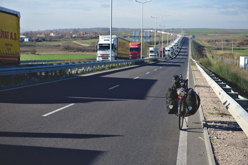 Primii kilometri in Bulgaria, pe un drum cat se poate de liber.