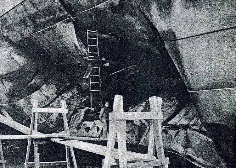 Efecto de la explosión de la mina. Bodega 1, costado de estribor del vapor MANUEL CALVO. Foto de la revista CATALUNYA MARITIMA. Año 1919.JPG