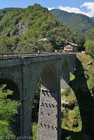 Im schönen und kurvigen Centovalli-Tal nach Italien. An der Grenzstation von der Schweiz nach Italien.