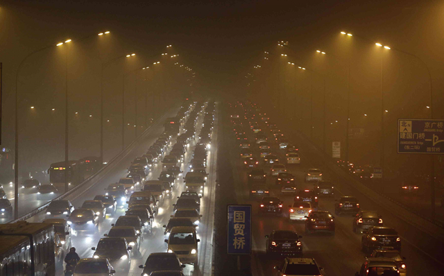 Beijing's Third Ring Road is shrouded in haze on 12 January 2013 as the city's air pollution reached hazardous levels. Photo: Reuters