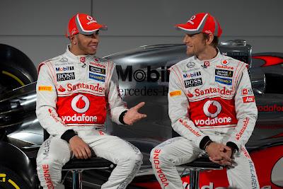 Льюис Хэмилтон и Дженсон Баттон обсуждают новый болид McLaren MP4-27 на презентации 1 февраля 2012