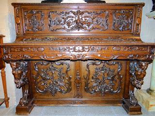 Антикварный корпус от рояля. 19-й век. Красивая резьба, резные скульптуры, выдвижной ящик. 6500 евро.