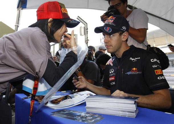Себастьян Феттель с болельщицой на автограф-сессии Гран-при Японии 2011