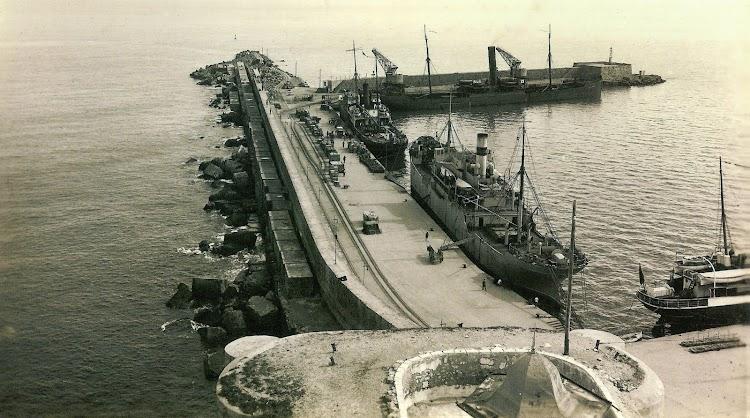 El ESPAÑA Nº 5 en Melilla. Del libro El Puerto de Melilla. Una Obra Centenaria con un Pasado Milenario.jpg