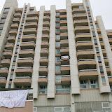 Un carré de tissu blanc accroché à un balcon en guise de drapeau...pourquoi pas !
