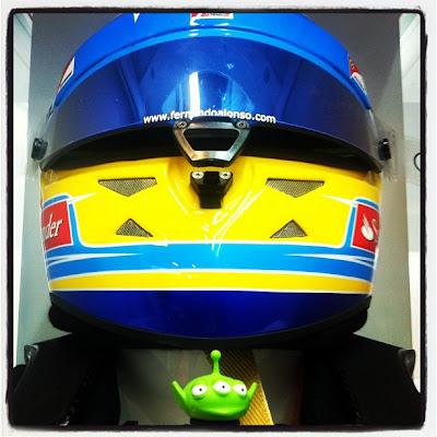 Toy Story Aliens в шлеме Фернандо Алонсо на предсезонных тестах 2012 в Барселоне