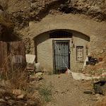 w domach wydłubanych w skałach żyją mniej zamożni mieszkańcy Granady - głównie Cyganie. domy nie są podłączone do sieci elektrycznej ani wodociągowej