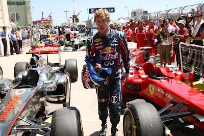 шокированный Себастьян Феттель отходит от болида Ferrari после квалификации на Гран-при Европы 2011