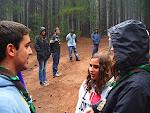 Nisa es presentada por su Guía de Patrulla para realizar su promesa scout