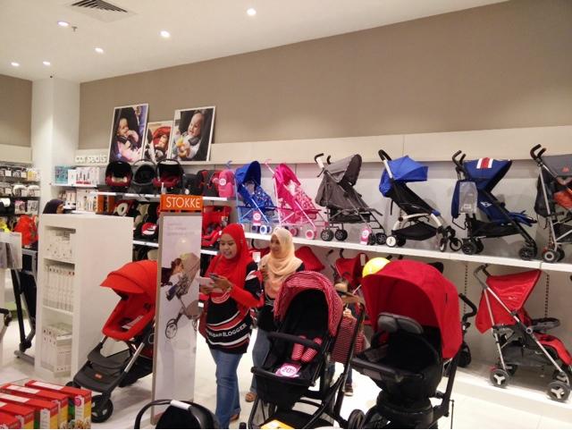 Mommy irra & farah di Mothercare Atria Gallery