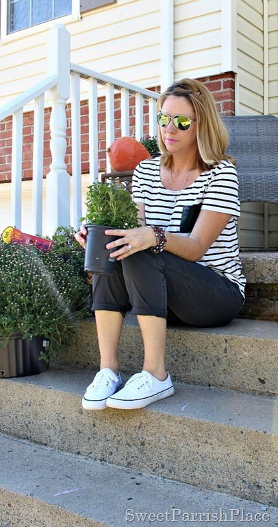 grey-cropped-pants-striped-top-white-sneakers-3