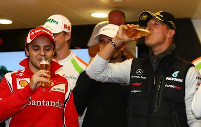 Фелипе Масса и Михаэль Шумахер выпивают на вечеринке в честь Михаэля в Спа на Гран-при Бельгии 2011