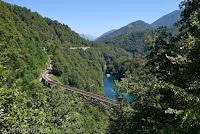 Im schönen und kurvigen Centovalli-Tal nach Italien. Der Stausee Lago di Palagnedra. Die Straße durch das Centovalli teilt sich das relativ schmale und sehr bewaldete Tal mit dem Fiume Melezza und der Eisenbahn. Die durchfährt hier zahlreiche Tunnels.