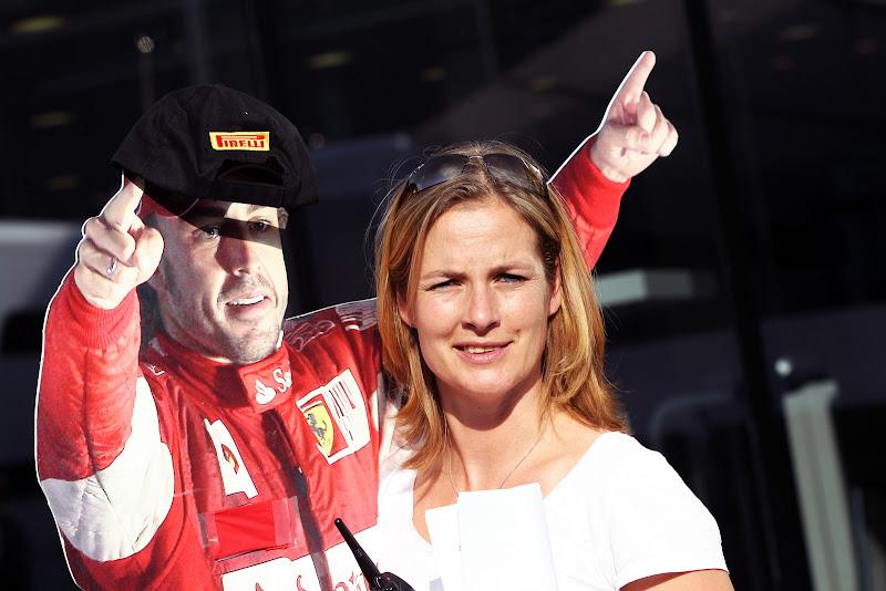 картонная фигура Фернандо Алонсо в кепке Pirelli на Гран-при Италии 2011 в Монце