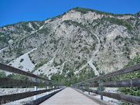 Hinter dem Col de la Colle St.-Michel (1433 m) Richtung Colmars. Im Tal des Verdon. Holzbrücke zum Ort Ondres.