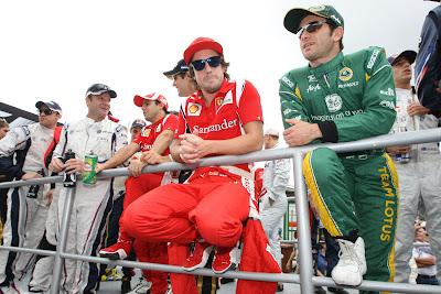 забавно сидящий Фернандо Алонсо и Ярно Трулли на параде пилотов Гран-при Бразилии 2011