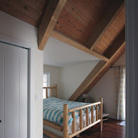 Master Bedroom with log bed in dormer space (Foto by Ted Grant)