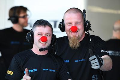механики HRT в красных клоукских носах на Гран-при Абу-Даби 2011