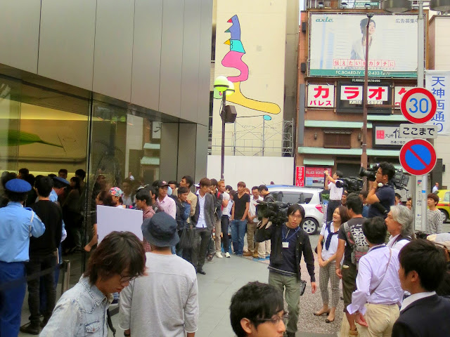 TV camera crews filming the line a the Apple store, for the new iPhone 6
