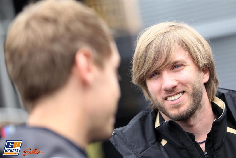 Себастьян Феттель и Ник Хайдфельд смотрят друг на друга на Нюрбургринге в четверг на Гран-при Германии 2011