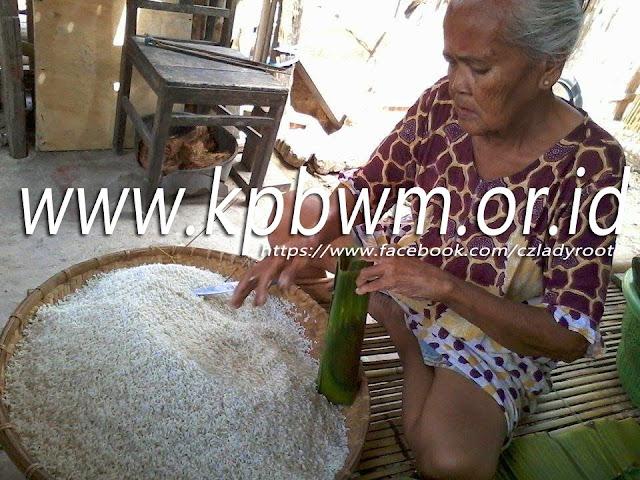 tahap memasukkan ketan dalam daun pisang lopis