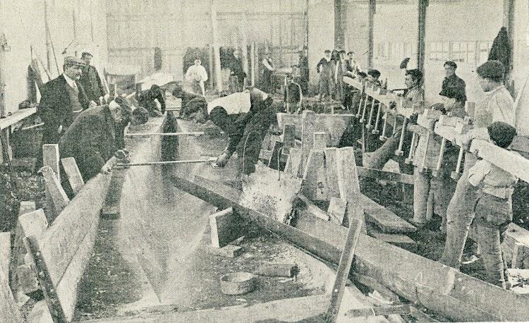 Molde de arena prensada para colar la quilla de plomo del HISPANIA. Astilleros Karrpard. Pasaia. De la revista Le Yacht. Año 1909.jpg