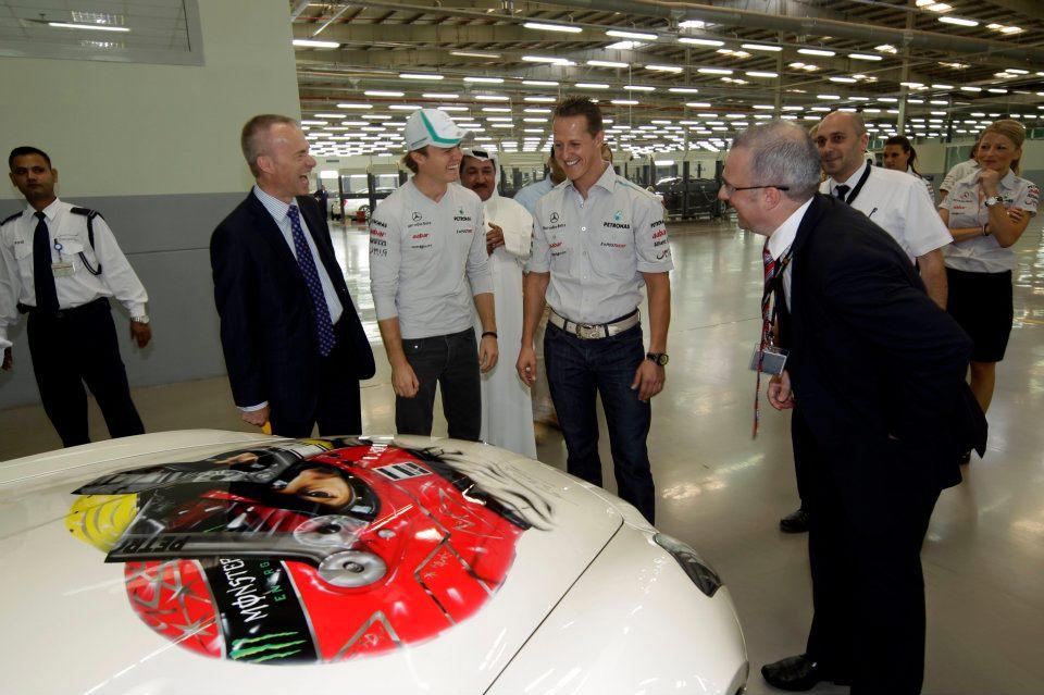 изображение Михаэля Шумахера и Нико Росберга на капоте Mercedes на Гран-при Абу-Даби 2011