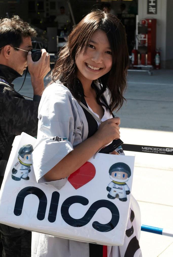 болельщица Нико Росберга с сумкой сердечко-нико на Гран-при Японии 2011