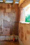 Vertikālā neapmestā josla - tur iefrēzēšu kanalizācijas ventilācijas cauruli, kas ies uz bēniņiem un tur ārā pa gala sienu.