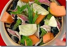 Pinzimonio estivo di frutta e verdura con pesce al vapore