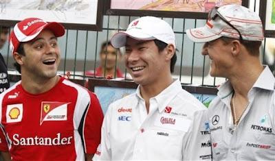 смеющиеся Фелипе Масса Камуи Кобаяши и Михаэль Шумахер на Гран-при Индии 2011