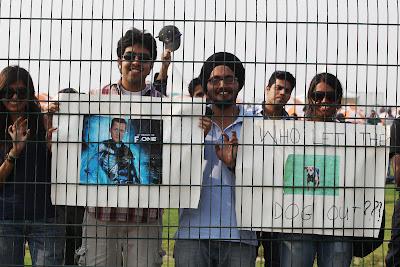 болельщики с плакатами Михаэля Шумахера и собаки на Гран-при Индии 2011